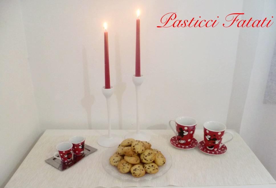 cookies al cioccolato con tazze e candele