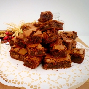 Brownies al supercioccolato su vassoio
