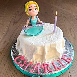 torta con copertura effetto tessuto e Charlie's Doll
