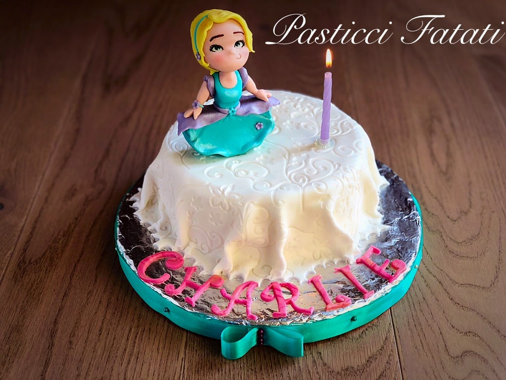 torta con fondente effetto tessuto bianco, charlie's doll, candelina accesa