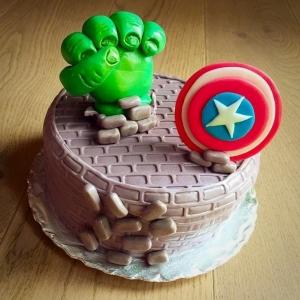 torta effetto mattoni rotti da pugno hulk e scudo capitan america