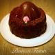 dolce rivestito con pezzi di cioccolato e copertura con uovo di cioccolato