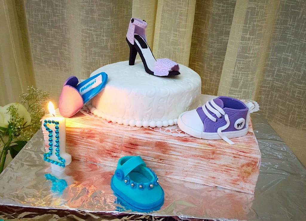 una torta che illustra una scarpa adatta per ogni fase della vita