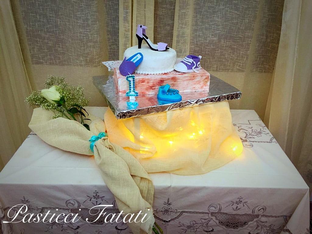 torta alle barbabietole decorata con scarpe
