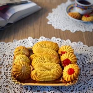 Biscotti S, con ciliegina e con mandorla in frolla montata