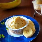 muffin con fette di banana su piattino