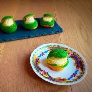 primo piano di un bigné craquelin farcito con crema pasticcera e panna