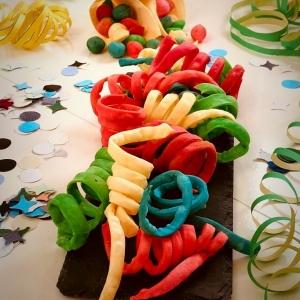 Stelle filanti e coriandoli colorati con impasto chiacchiere