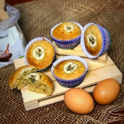 muffin di avena alla banana con muffin tagliato in primo piano