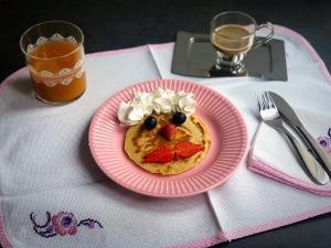 tavola apparecchiata con pancakes all'avena