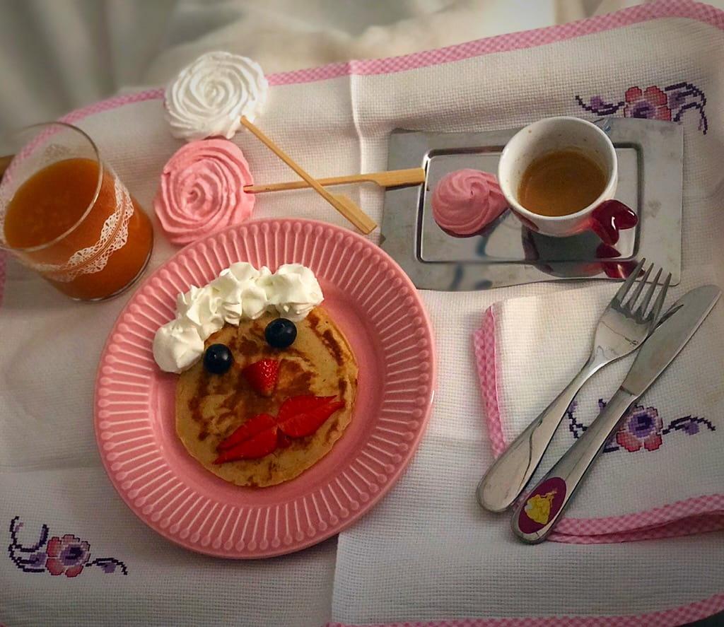 vassoio a letto con pancakes all'avena , frutta e succo di frutta