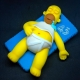 Homer Simpson sdraiato che dorme
