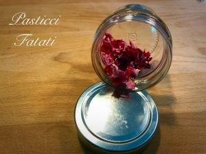 vasetto con petali essiccati