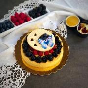 crostata peach curd dall'alto decorata con frutti di bosco biscotto e farfalla