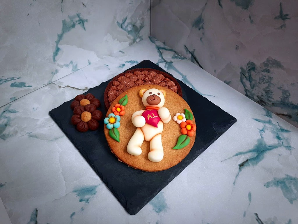 crostata di farro al cacao decorata con Teddy in pasta di zucchero e fiori stile thun