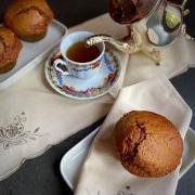 muffin al cioccolato al latte e banana in primo piano con altri muffins sullo sfondo