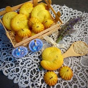 biscottini alla lavanda nella cassettina di legno - lavender biscuits