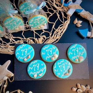 biscotti decorati con ghiaccia a tema mare ed iniziale